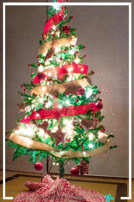 El árbol de Navidad decorado y con luces siempre es precioso