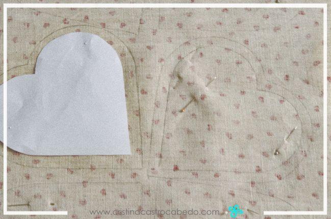 Ahora recorta la parte interior de la plantilla y vuelve a usarlo para marcar la tela por el interior