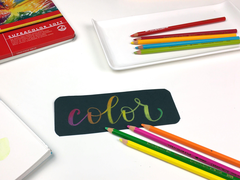 Usa los lápices acuarelables en su forma seca sobre papel oscuro.