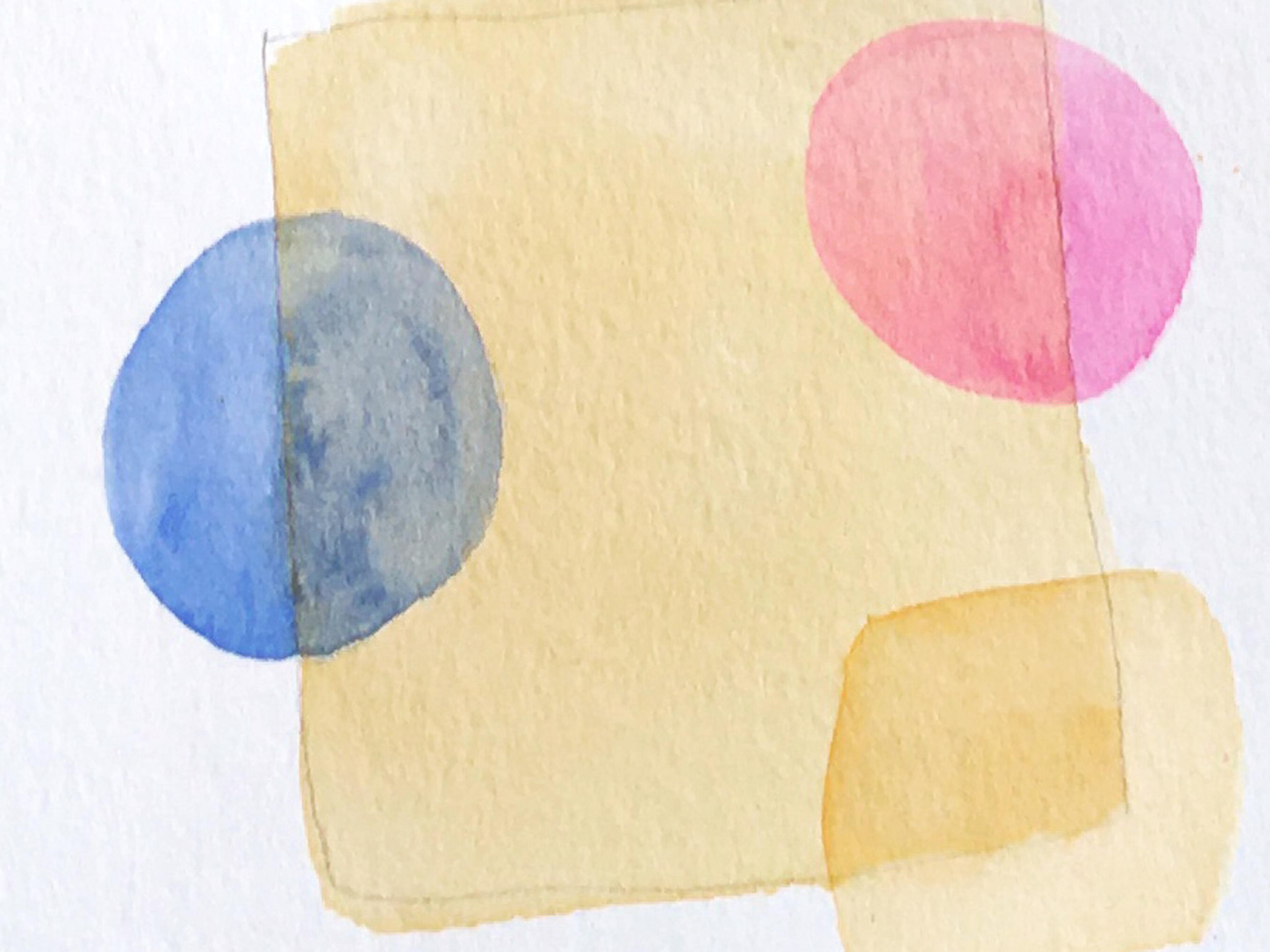 Cuadrado de acuarela naranja claro con formas en rosa y azul que transparentan la figura de abajo.