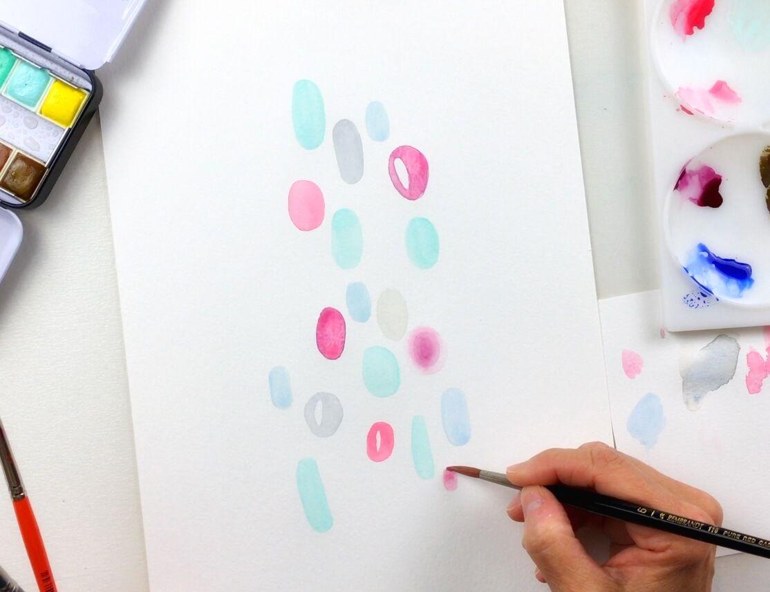 Crea diferentes formas alrededor y usa distintos colores de acuarela.